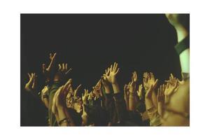 la folla alza le mani gente del concerto foto