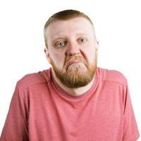 uomo barbuto in camicia alza le spalle foto