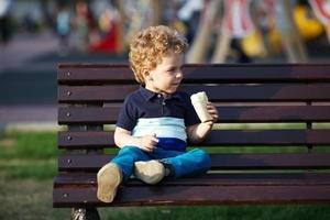 il ragazzino mangia il gelato foto