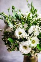 bellissimi fiori bianchi di eustoma in bouquet foto