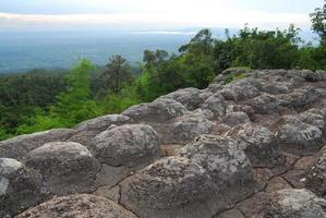 pietra a forma di coppa. il parco nazionale di pa hin ngam a chaiyaphum, thailandia foto