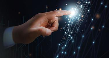 concetto di mano maschile di trasformazione digitale della rete tecnologica di prossima generazione foto
