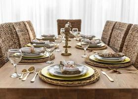tavolo da pranzo con piatti foto