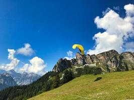 parapendio nelle alpi intorno al lago achensee e ai monti rofan foto
