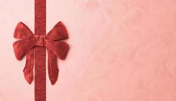 primo piano del nastro di velluto rosso sulla superficie della carta foto