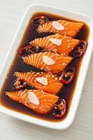 salsa di soia marinata al salmone o salsa di soia marinata al salmone foto