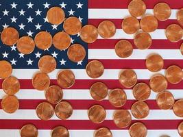 monete del dollaro e bandiera degli stati uniti foto