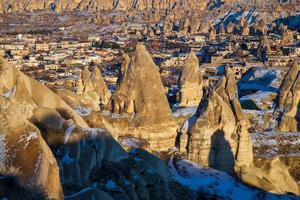Camini delle fiabe in cappadocia con cielo blu sullo sfondo. valle dell'amore in cappadocia foto