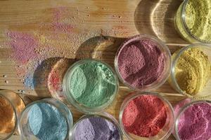 polvere di colore nelle ciotole di vetro. foto