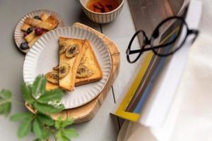 ora del tè pomeridiano, tè nero con pane foto