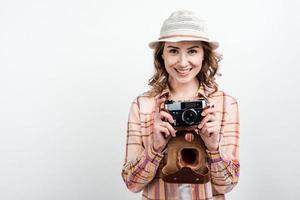 ragazza con una macchina fotografica in mano.isolato su uno sfondo bianco. foto