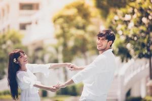 felice coppia romantica amante che si tiene per mano insieme foto