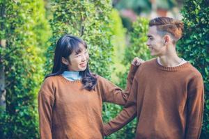 la bella giovane coppia sta guardando sorridendo felice nell'amore all'aperto foto