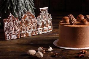 Deliziosi dolci belli su un tavolo di legno scuro alla vigilia di Natale foto