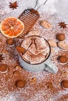 tazza di cioccolata calda con marshmallow bianchi foto