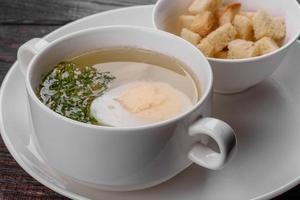zuppa di noodle asiatici, ramen con pollo, verdure e uova in una ciotola bianca foto