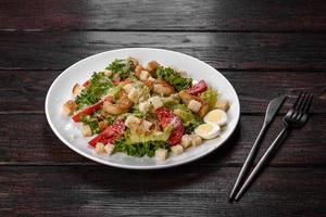 deliziosa insalata fresca con gamberi per la tavola festiva foto
