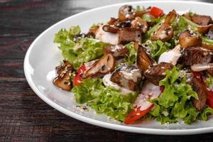 deliziosa insalata di manzo fresca per una tavola festiva foto