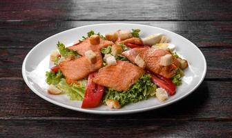 deliziosa insalata fresca con pesce rosso per la tavola festiva foto