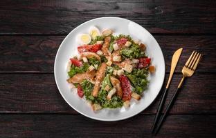 deliziosa insalata di pollo fresca per una tavola festiva foto