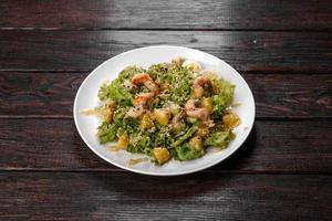 deliziosa insalata fresca con gamberi e pere per la tavola festiva foto