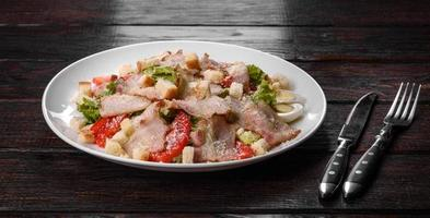 deliziosa insalata fresca con pancetta e pomodori con spezie e verdure foto