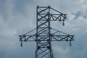 nuove torri ad alta tensione predisposte per l'installazione dei cavi. foto