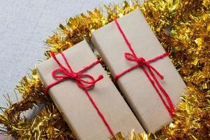 confezione regalo, confezione regalo di Capodanno, confezione regalo di Natale, copia spazio. natale, anno hew, concetto di compleanno. foto