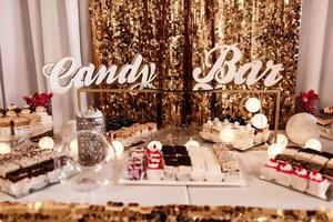 delizioso buffet di dolci con cupcakes. buffet dolce delle feste con cupcakes e altri dolci. Barretta di cioccolato. foto