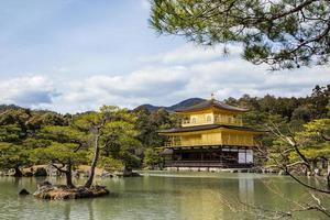 Kinkaku-ji, il padiglione d'oro, un tempio buddista zen a kyoto, in giappone foto