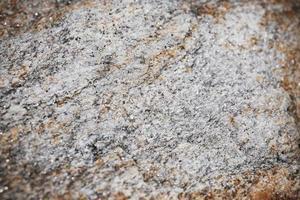messa a fuoco selettiva al centro della superficie rocciosa strutturata. foto