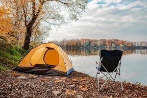 tenda sulla spiaggia del lago autunno stagione autunnale foto