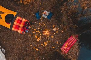 vista dall'alto del campeggio autunnale con falò dell'amaca della tenda dell'auto foto
