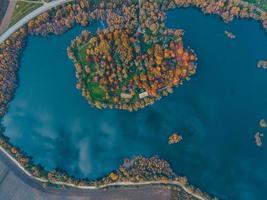 vista aerea della foresta autunnale con il cielo del lago riflesso nell'acqua foto