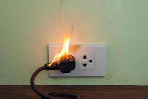 in fiamme filo elettrico presa presa parete divisoria foto