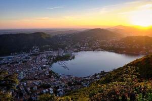 veduta aerea del lago di como al tramonto foto