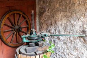 antico torchio per la pigiatura dell'uva foto