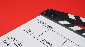 ciak o ardesia di film. utilizza nella produzione di video, film, industria cinematografica su sfondo rosso. foto