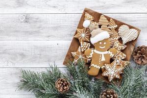 biscotti di panpepato di natale fatti in casa sul tavolo di legno foto