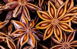 anice stellato cinese vicino sfondo. vista dall'alto di frutti di spezie essiccati anice stellato. foto