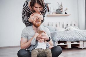 madre di famiglia felice, padre, figlia bambina a casa foto