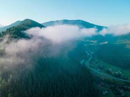 veduta aerea della catena montuosa dei Carpazi nuvole bianche foto