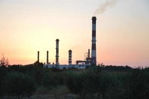 panorama di una ciminiera fumante di una fabbrica foto