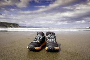 ciabatte da solo sulla spiaggia foto
