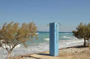 doccia con sciacquone doccia sulla spiaggia di rodi in grecia foto