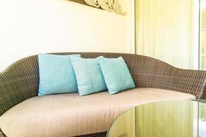 decorazione del cuscino sulla sedia del patio sul balcone foto