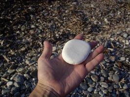 pietre e ciottoli del mar egeo sull'isola di rodi in grecia foto