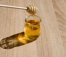miele e mestolo di legno. foto