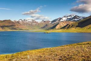 lago del cratere nell'area di landmannalaugar, riserva naturale di fjallabak, islanda foto