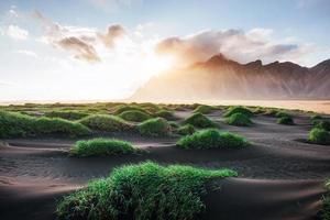 fantastico ovest delle montagne e dune di sabbia lavica vulcanica sulla spiaggia stokksness, islanda. colorata mattina d'estate islanda, europa foto